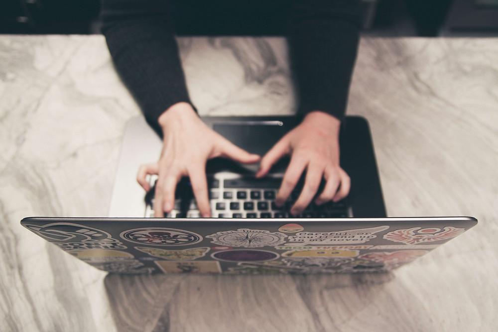 Homem digitando no notebook