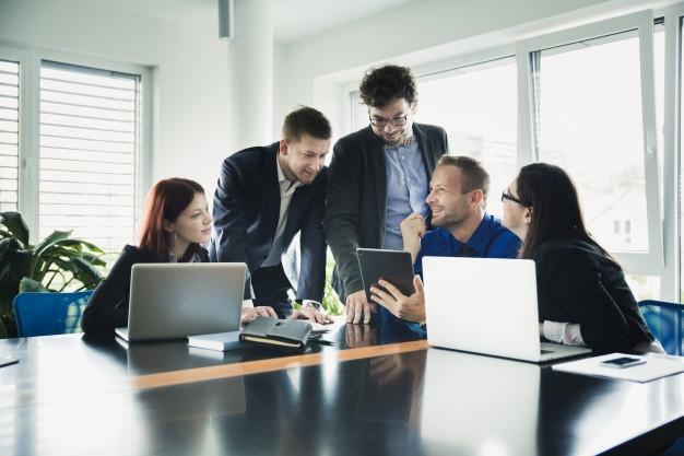 Empresários em uma sala de reunião conversando e discutindo uma ideia