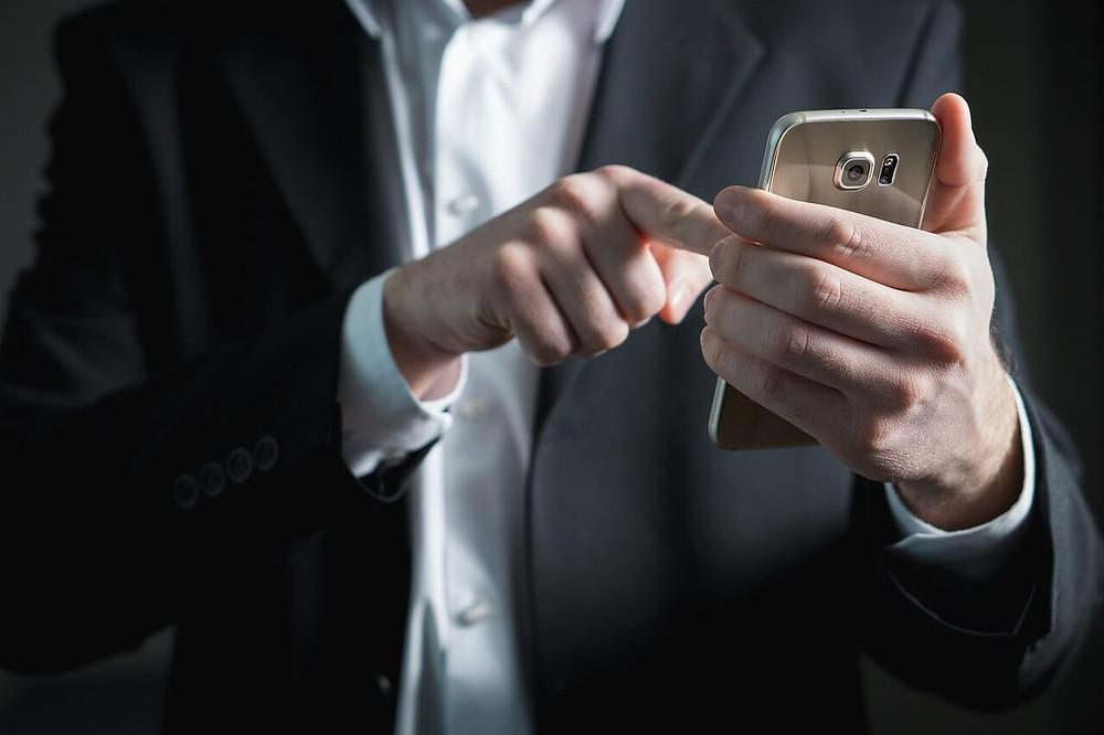 mão segurando celular