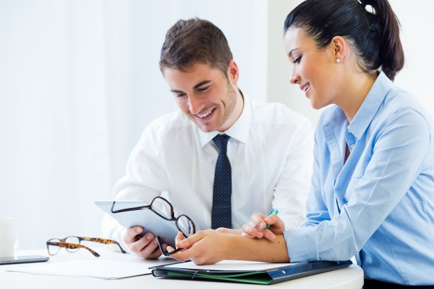 Empresários revisando um contrato