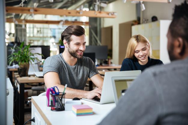 Jovens trabalhando em um coworking