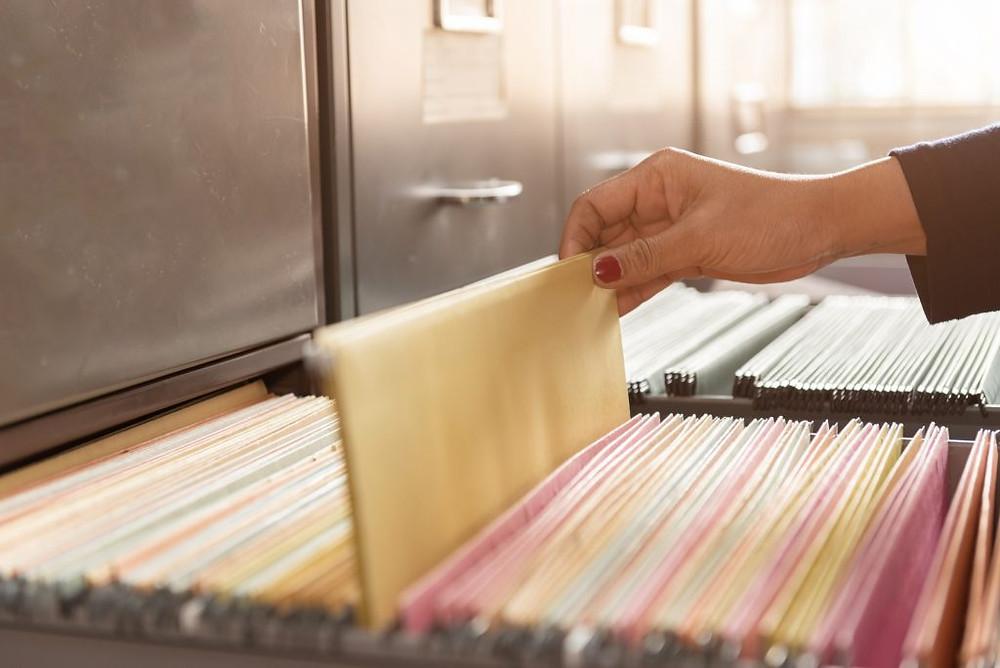 imagem de pessoa organizando documentos