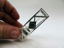 Magnetita sujetada por un imán.