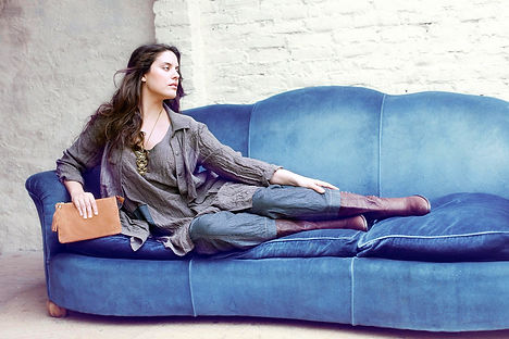 Mujer-en-sofá-azul-redux.jpg