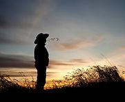 Homem contemplando o pôr-do-sol