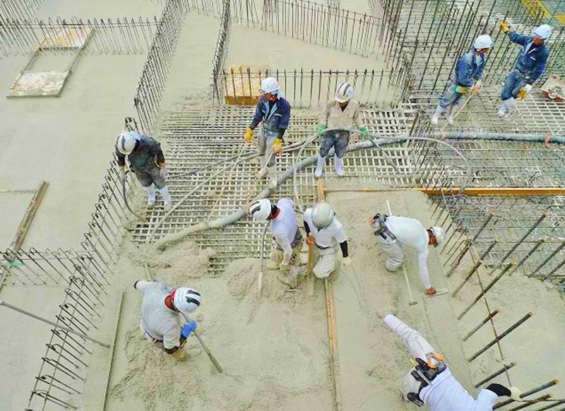 地下基礎の一部に打設する様子