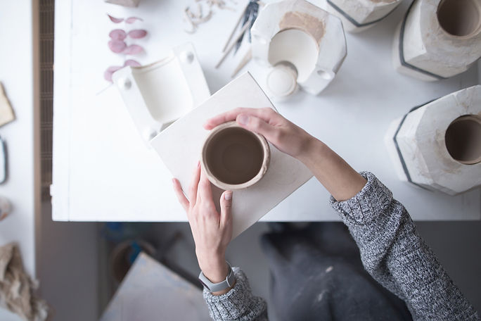 陶器を作る手の上の眺め
