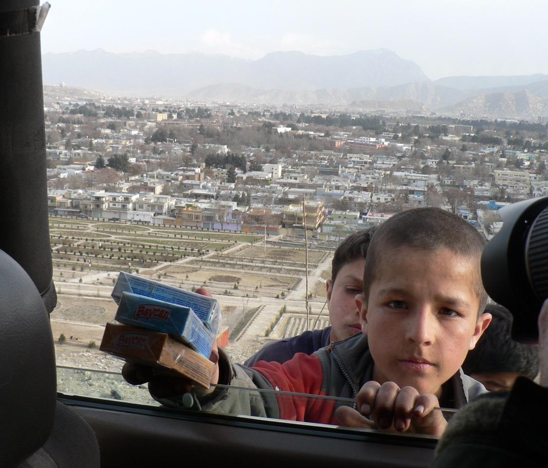 Bedelenden kinderen met op de achtergrond Kabul_edited