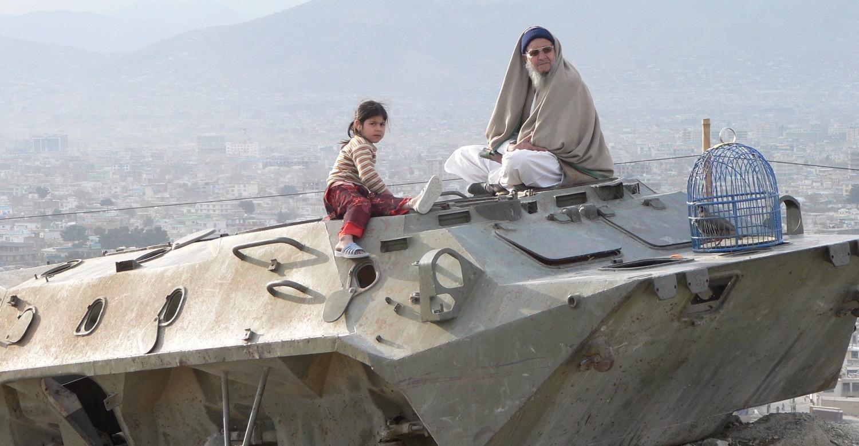 Prachtig uitzicht vanaf en achtergelaten Sovjet-tank in Kabul_edited_edited