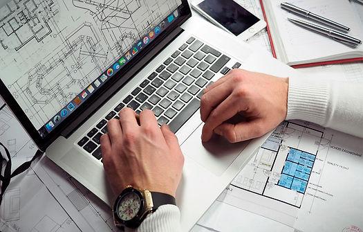 computador-e-projeto-em-cima-da-mesa.jpg