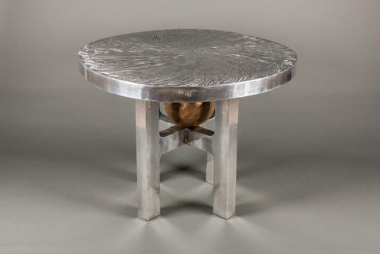 """""""Copeaux"""" 110cm ø Piétement en aluminium poli """"miroir"""" Boule en bronze 30cm ø Existe en différents formats"""
