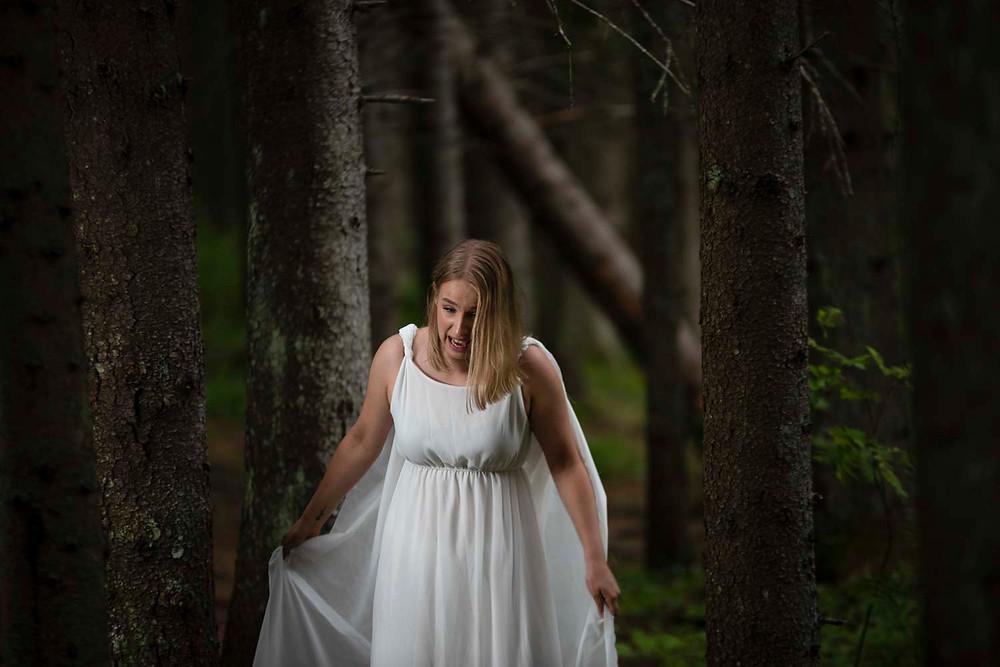 Metsässä paljain jaloin kera itikoiden ilme  :)