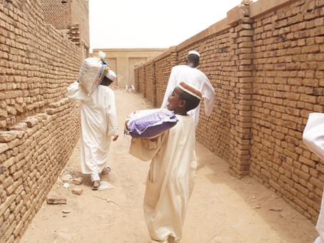 初めてのマットレスに喜ぶスーダンの子ども達