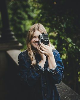 woman-taking-photo-using-dslr-1926590.jp