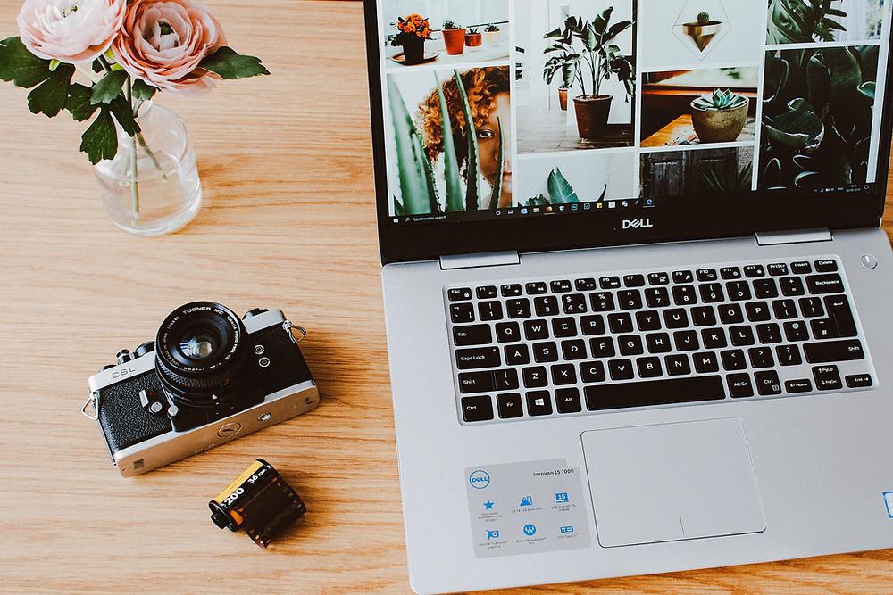ordinateur dell avec photographies et appareil photo argentique, pellicule, et roses