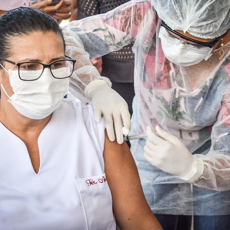 Profissionais de linha de frente da covid-19 em Brasileia recebem as primeiras doses de CoronaVac.