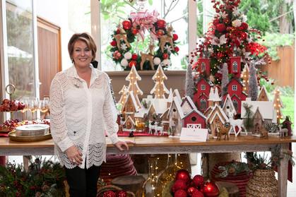 Amelinha Amaro recebe convidados para exposição de Mesas Decoradas de Natal da Divino Espaço