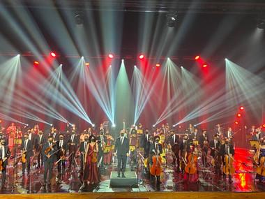 Samuel Rosa sobe ao palco com a Orquestra Sinfônica Heliópolis