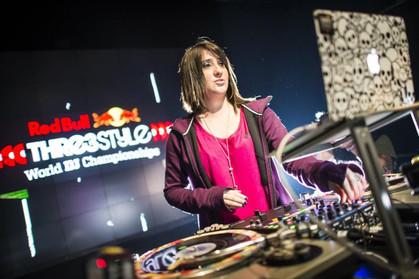 DJ paulistana busca tricampeonato na maior batalha de DJs do mundo