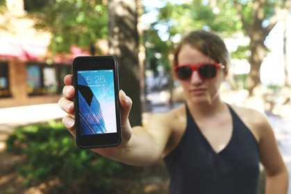 Luz azul do smartphone não cega, mas é bom evitar exposição exagerada