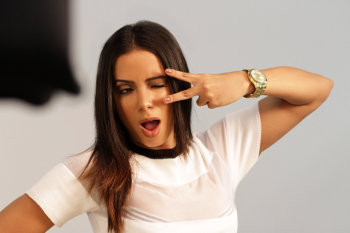 Anitta estreia como embaixadora dos relógios Condor