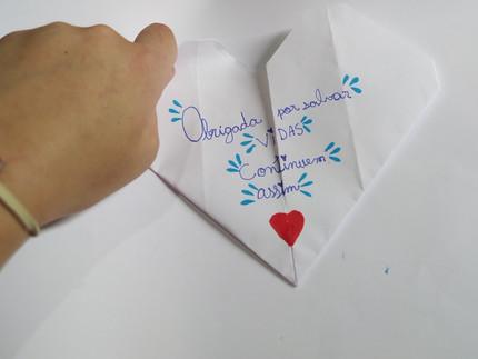 """Projeto """"Carinho em Dobra"""" ensina a arte milenar dos origamis para promover conexão e afeto"""