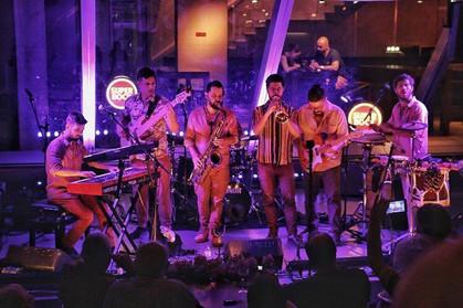 Banda de música instrumental brasileira Silibrina se apresenta no Blue Note SP