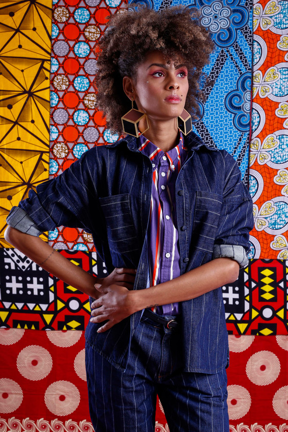 Modelo veste: Blusa: Lambuzada, Jaqueta Jeans e Calça: ENNA, Brinco: Silvia Doring e Cinto: Salva Look  Foto: Haln Junior / Grupo YBrasil