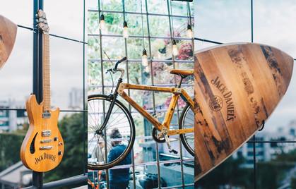 Barris de Jack Daniel's se transformam em pranchas, guitarras e bicicletas