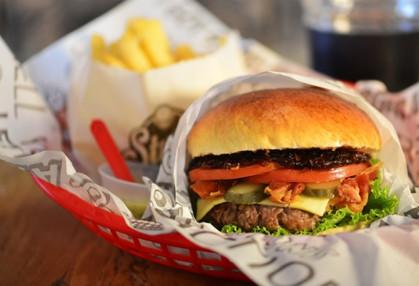 Restaurante Stunt Burger promove experiência no mundo do hambúrguer