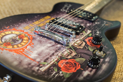 Guitarra do Guns n' Roses vai a leilão em benefício da Associação Cruz Verde