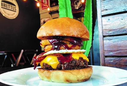 Sucesso do AC/DC batiza o burger do mês da marca Bruttus Burger