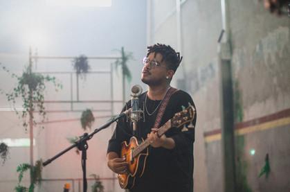 """Caio Nunez lança clipe de """"Ancorar"""", faixa que mistura pegada hip hop e MPB"""
