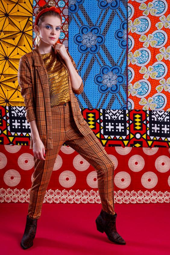 Modelo veste: Conjunto Xadrez: ENNA, Brinco: Rinka Wesky, Tiara: Salva Look e Blusa: Fórum.  Foto: Haln Junior / Grupo YBrasil
