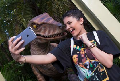 Kylie Jenner faz selfie com dinossauro na Universal Orlando Resort