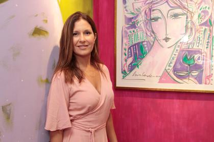 Projeto beneficente promovido por artística plástica reverte lucro de obras para mulheres em tratame