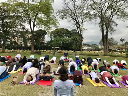 Aula aberta de Yoga dentro de cemitério foi um sucesso