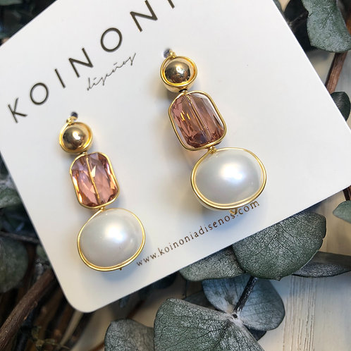 Arete en linea con perla y cristal rosado (swarovski) / Oro laminado 18k