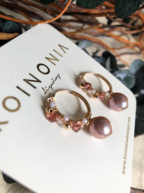 Arracada ESTELA  con linea de piedras y perla rosa de 10 mm / Oro laminado 18k