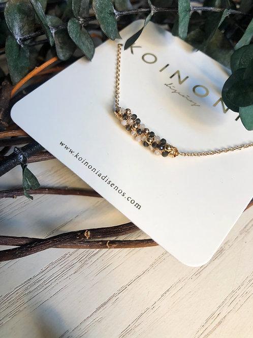 Collar cilindro con piedras naturales oscuras y claras / Oro laminado