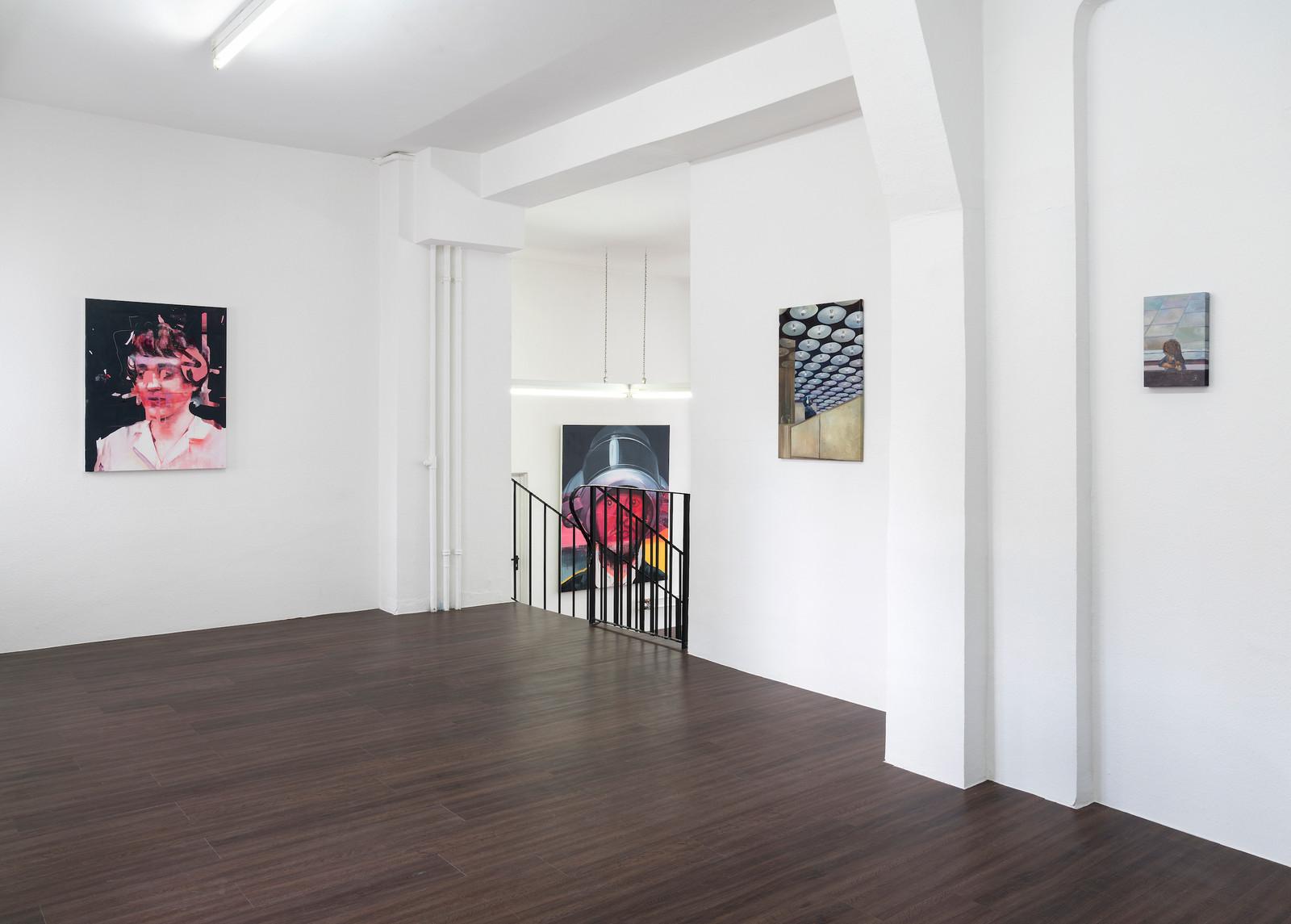 """Ausstellungsansicht """"Eyes wide open"""" in der Kunsthalle Ludwig, Frankfurt: Timo von Eicken waitress 2017 Acryl auf Leinwand 100 x 80 cm und kleine Bilder von Felix Eckardt"""