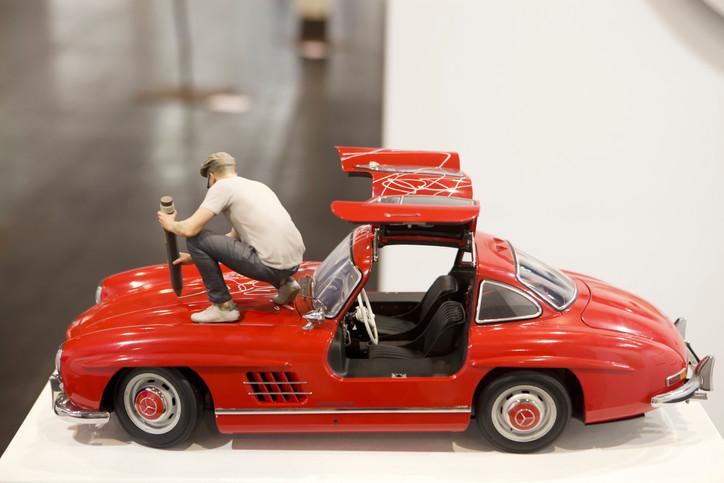"""Peer Kriesel """"Errötet"""" - Installation; Fratzen-Zeichnung auf Mercedes-Modell (300SL) (1:8), Figur (Kunststoff) 25 × 58 × 25 cm"""