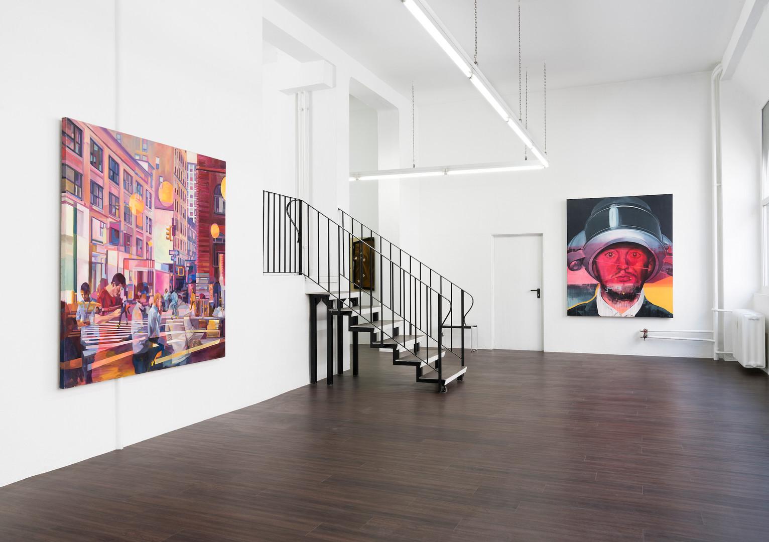 """Ausstellungsansicht """"Eyes wide open"""" in der Kunsthalle Ludwig, Frankfurt: Felix Eckardt Melting scene 2016 Öl auf Leinwand 180 x 180 cm und Timo von Eicken The Heat is On 2016 Öl und Acryl auf Leinwand 190 x 160 cm"""