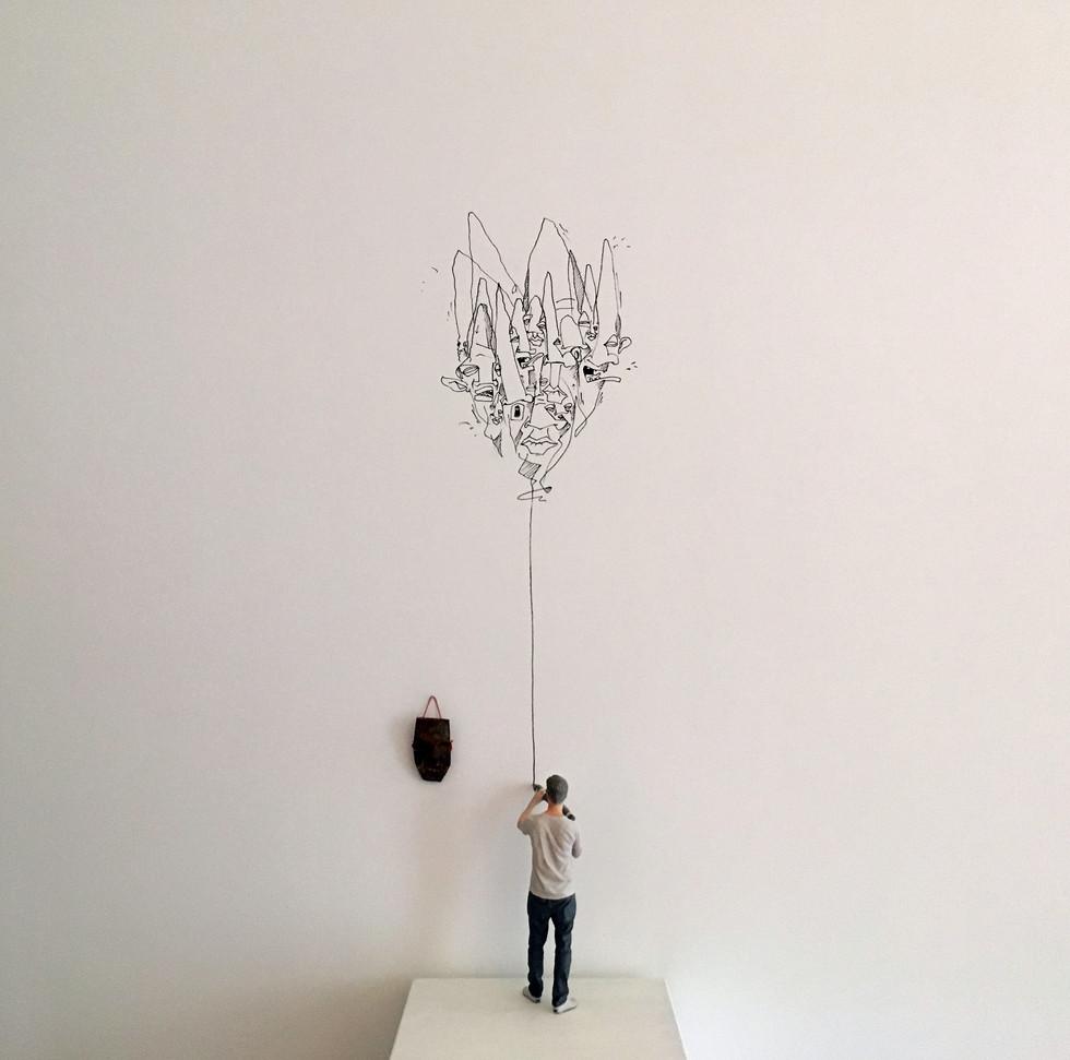 Me so small 2017 Installation mit 3D-Miniatur, Tonmaske und variierender Zeichnung an der Wand Figurhöhe 25 cm, Auflage 5 - ausverkauft