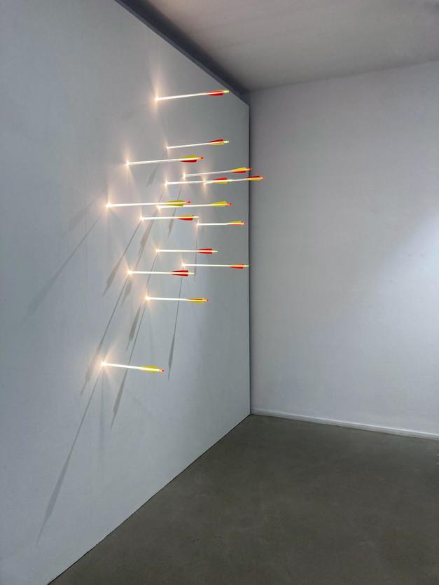 """Lichtinstallation von Hans Kotter """"Practicing"""" 2021 LED Pfeile Größe variabel"""
