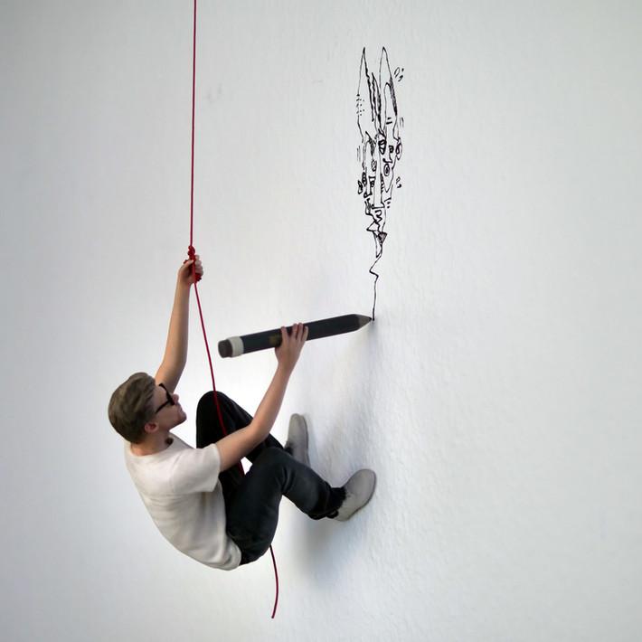 Hang Up 2018 3D Miniatur (Figur 14 cm), Zeichnung an der Wand und rote Schnur, Zeichnung an der Wand Unikat, Auflage 5 Ex.