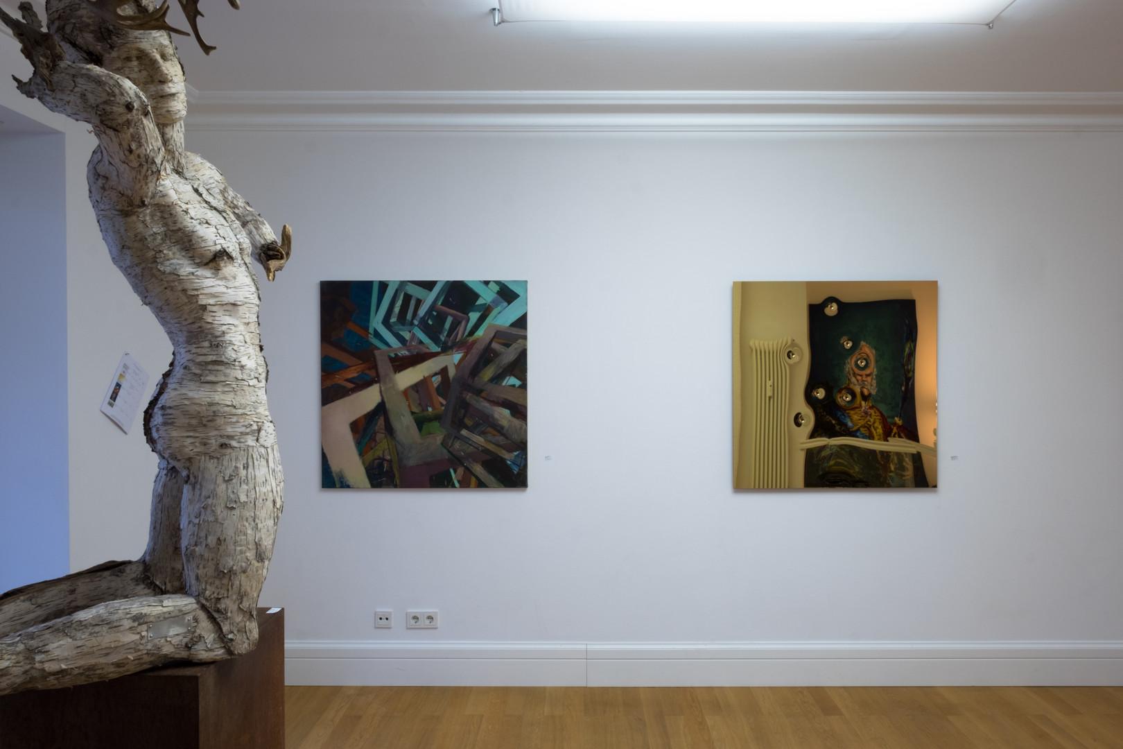 """Ausstellungsansicht """"Szenenwechsel"""": Holzskulptur Waldgott von Friedrich Schreiber, Malerei von Christoph Kern, Installation von John Franzen"""