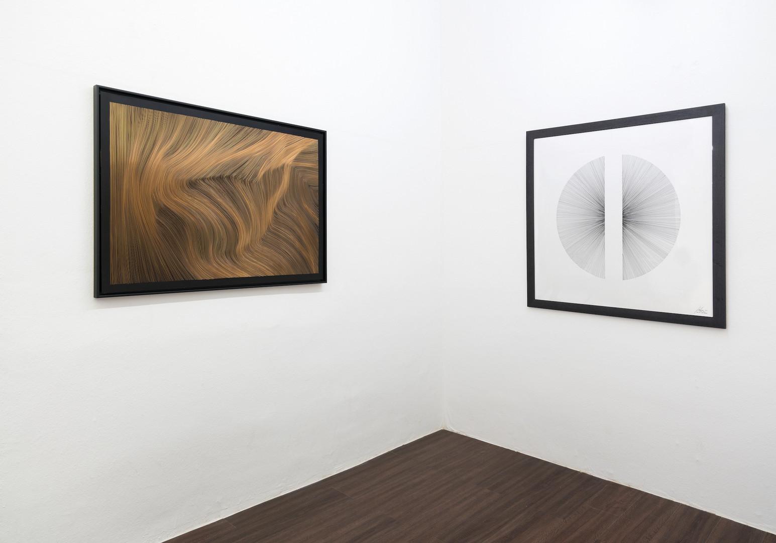 """Ausstellungsansicht """"Eyes wide open"""" in der Kunsthalle Ludwig, Frankfurt: John Franzen Each line one breath 2017 Kupferradierung 80 x 120 cm und Zeichnung Hemisphere 2017 Fineliner auf Papier 100 x 100 cm"""