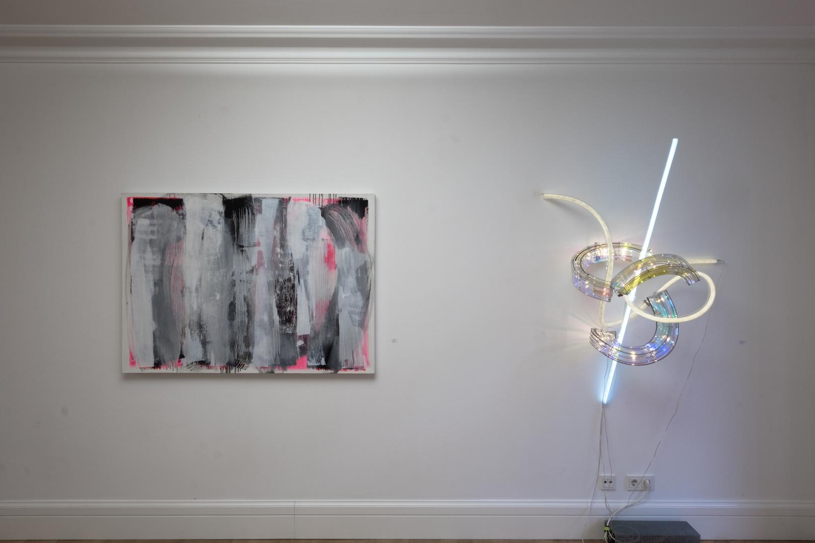"""Ausstellungsansicht """"Szenenwechsel"""": Malerei von Clara Zelinka, Lichtkunst von Susanne Rottenbacher"""