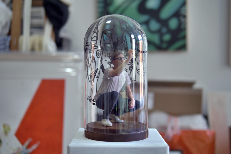 Bubble 2018 Installation: Miniatur des Künstlers in einer Glaskuppel (27 × 14 cm) 5 Ex.
